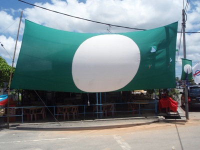It's become quite normal these days to see these giant PAS flags. But what's holding this one up?