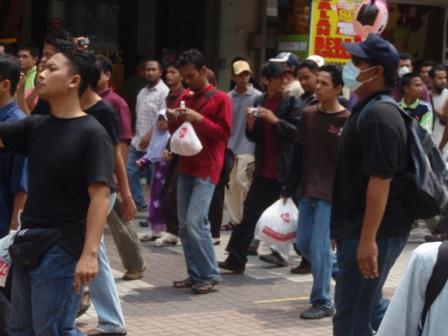 People starting to mve down Jalan TAR