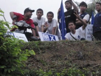 BN supporters up on a hillslope taunting the Pakatan supporters below